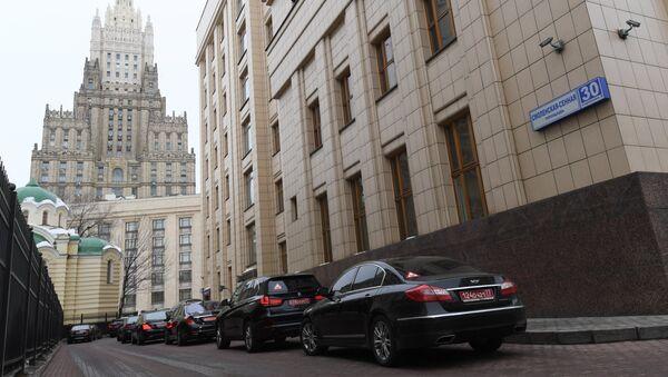 Аутомобили дипломатских мисија испред зграде Министарства иностраних послова Русије - Sputnik Србија