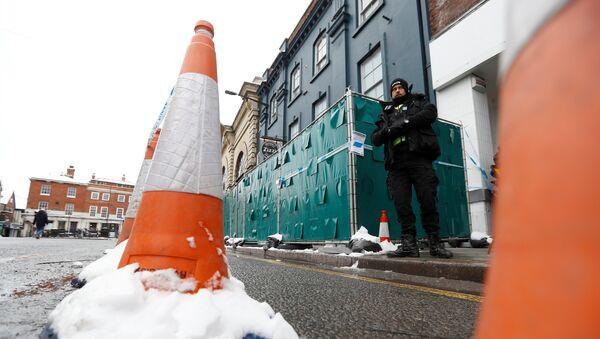 Полицајац стоји на месту инцидента у Солсберију - Sputnik Србија