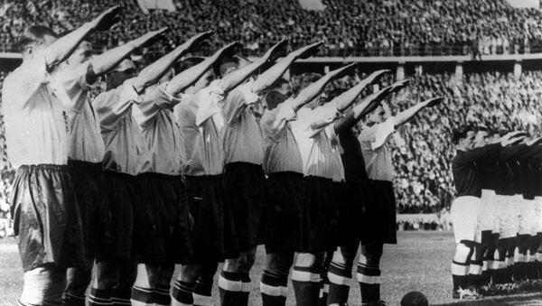 Engleska fudbalska reprezentacija pokazuje nacistički pozdrav pred početak utakmice protiv Nemačke na Olimpijskom stadionu u Berlinu 14. maja 1938. - Sputnik Srbija