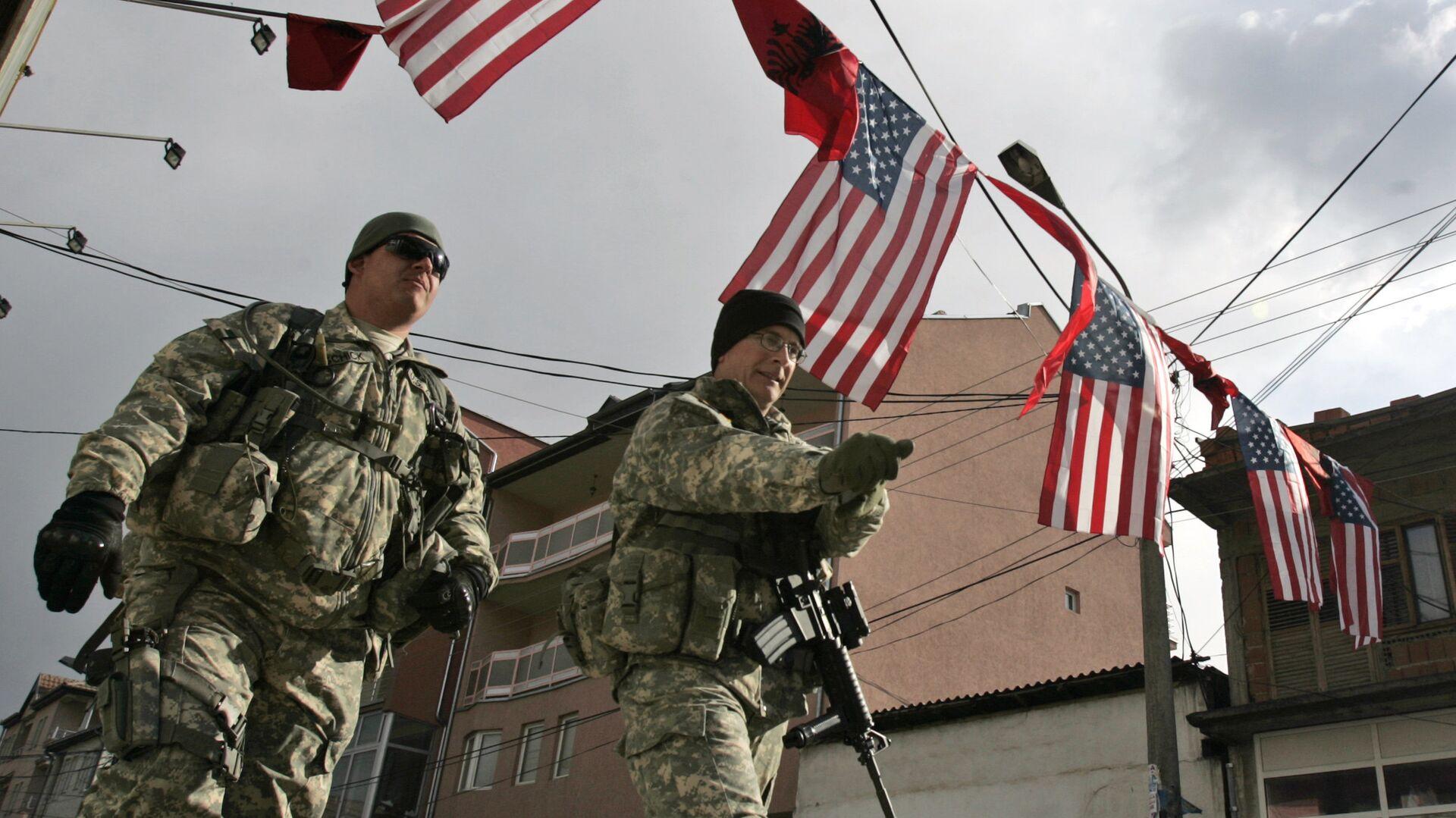 Амерички војници пролазе испод застава Америке и Албаније на КиМ - Sputnik Србија, 1920, 02.09.2021