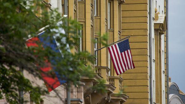 Zastave Rusije i SAD na zgradi ambasade SAD u Moskvi - Sputnik Srbija
