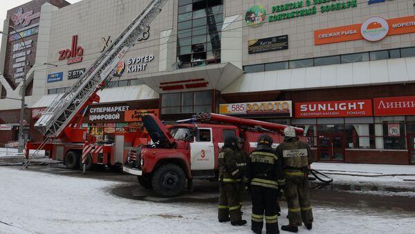 Vatrogasci gase požar u tržnom centru Zimska višnja u Kemerovu - Sputnik Srbija