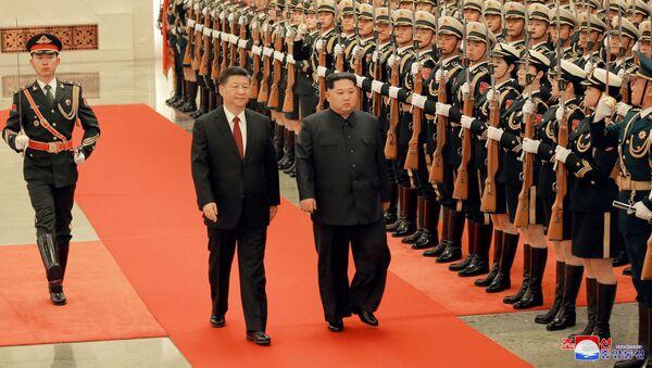 Predsednik Kine Si Đinping i lider Severne Koreje Kim Džong Un u Pekingu - Sputnik Srbija