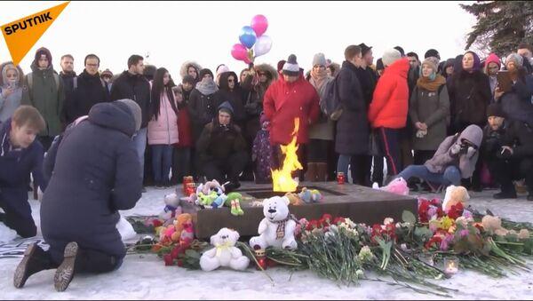 Skupovi u znak sećanja na žrtve tragedije u Kemerovu - Sputnik Srbija