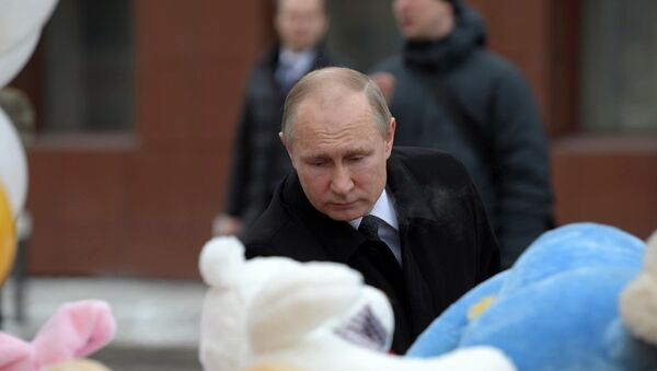 Predsednik Rusije Vladimir Putin polaže cveće u Kemerovu - Sputnik Srbija