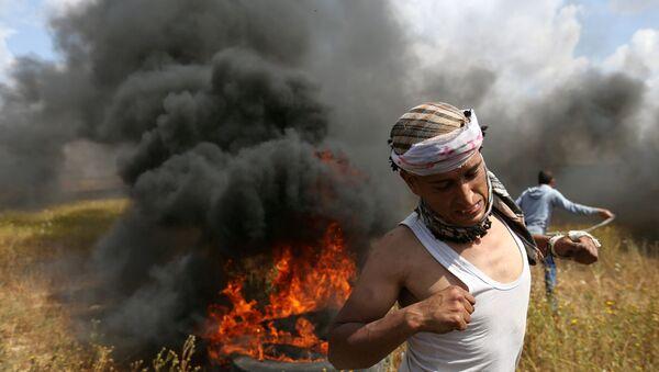 Palestinac tokom sukoba sa izraelskim trupama na granici Izraela i Gaze - Sputnik Srbija