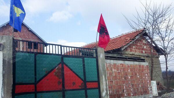 Zastave tzv. Kosova i Albanije na kapiji kuće u blizini Prizrena - Sputnik Srbija