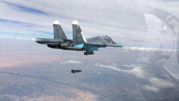 Ловац Су-34 током ваздушног напада  - Sputnik Србија