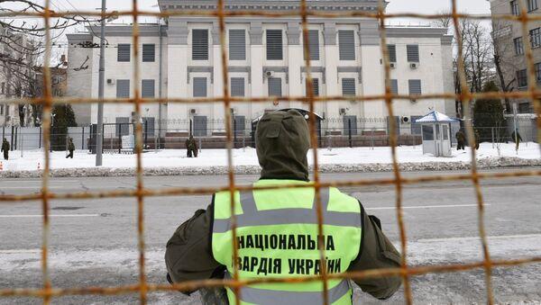 Припадници полиције и националне гарде Украјине блокирају зграду амбасаде Русије у Кијеву како би спречили гласање на председничким изборима у Русији - Sputnik Србија