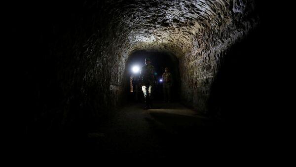 Sirijski vojnik u tunelu kojeg su koristili teroristi i Jobaru, istočna Guta, Damask, 2. aprila 2018. - Sputnik Srbija