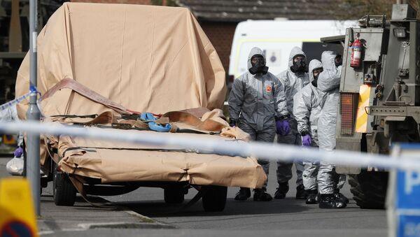 Pripadnici britanske vojske u zaštitnim odelima na mestu trovanja bivšeg pukovnika GRU Sergeja Skripalja u Solsberiju - Sputnik Srbija