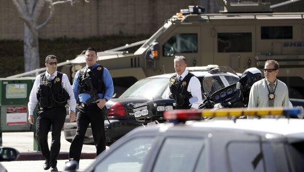 Наоружани полицајци излазе из седишта Јутјуба у Сан Бруну у Калифорнији - Sputnik Србија