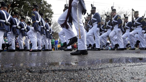 Vojni marš tokom parade Mardi Gras u Nju Orleansu, nedelja, 11. februara 2018. - Sputnik Srbija