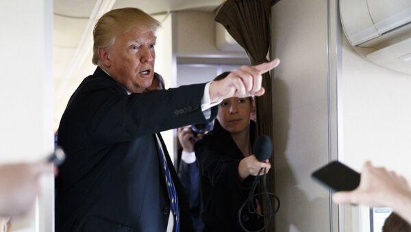 Председник САД Доналд Трамп разговара са новинарима у председничком авиону - Sputnik Србија