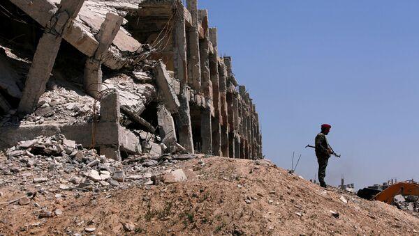 Припадник сиријских владиних снага стоји поред уништене зграде у Џобару, у Источној Гути - Sputnik Србија