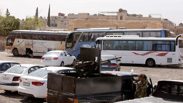 Sirijske vladine snage obezbeđuju autobuse u Istočnoj Guti - Sputnik Srbija