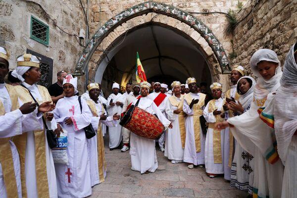 Етиопски православци свирају на свечаној церемонији у етиопском делу Цркве Светог гроба у старом граду Јерусалиму - Sputnik Србија