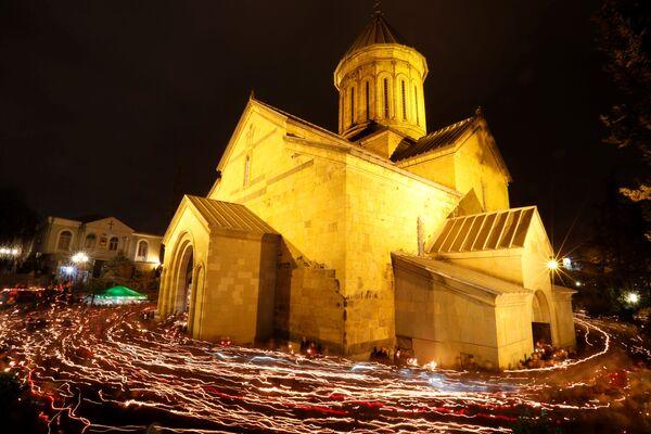 Верници ходају око цркве Сиони с свећама током поноћи ускршње службе у Тбилисију у Грузији - Sputnik Србија