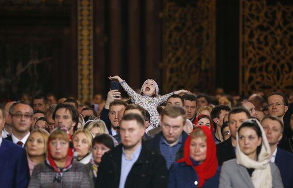 Верници у Храму Христа Спаситеља у Москви - Sputnik Србија