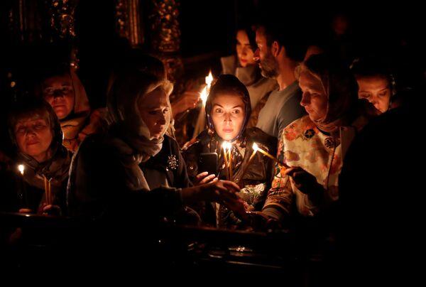 Верници пале свеће током васкршње службе у грчкој православној Цркви Свети Ђорђе у Истанбулу - Sputnik Србија