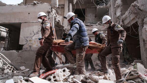 Aktivisti Belih šlemova u potrazi za preživelima nakon izveštaja o vazdušnom napadu u Tišrinu severoistočno od Damaska - Sputnik Srbija