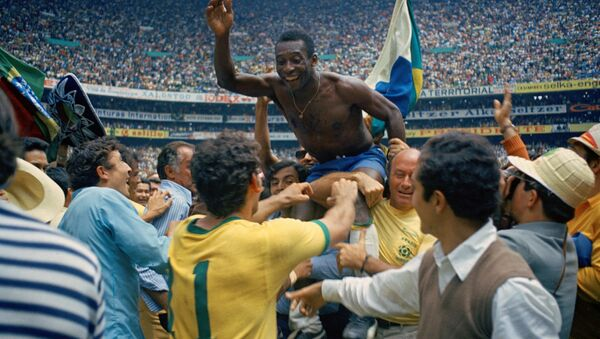 Pele proslavlja treću titulu Brazila na svetskom prvenstvu u Meksiku 1970. - Sputnik Srbija