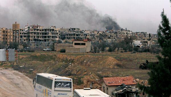 Autobusi ulaze u oblast Harasta koju kontrolišu pobunjenici u Istočnoj Guti - Sputnik Srbija