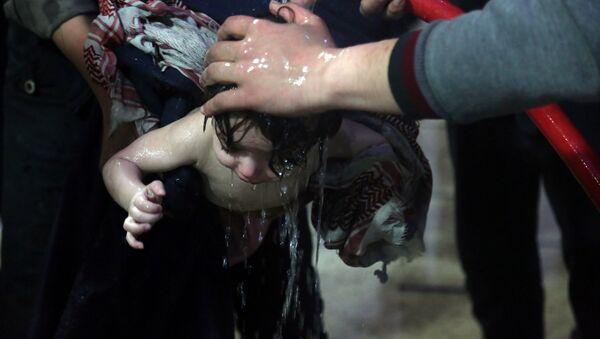 Aktivisti kupaju dete nakon navodnog hemijskog napada u Siriji - Sputnik Srbija