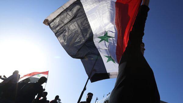 Демонстрације Сиријаца против ваздушних напада коалиције на челу са САД на Дамаск - Sputnik Србија