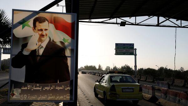 Poster sirijskog predsednika Bašara el Asada na putu ka aerodromu u Damasku, prestonici Sirije - Sputnik Srbija