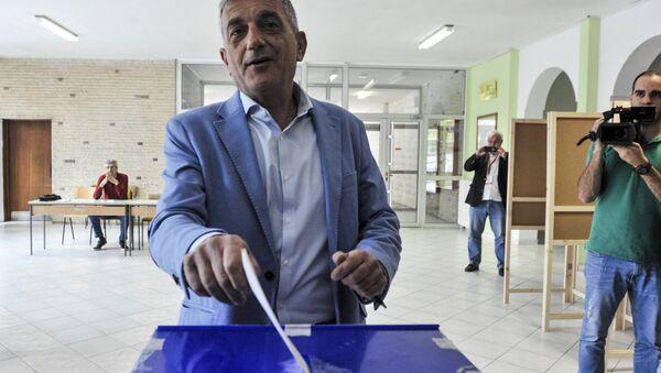 Кандидат опозиције Младен Бојанић гласа на председничким изборима у Црној Гори. - Sputnik Србија