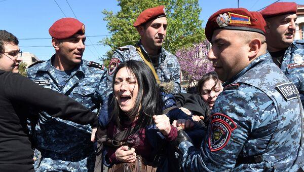 Policija hapsi demonstrantkinju u Jerevanu, Jermenija - Sputnik Srbija