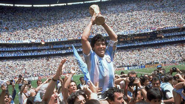 Dijego Maradona sa peharom svetskog prvaka na stadionu Asteka u Meksiko Sitiju 1986. - Sputnik Srbija