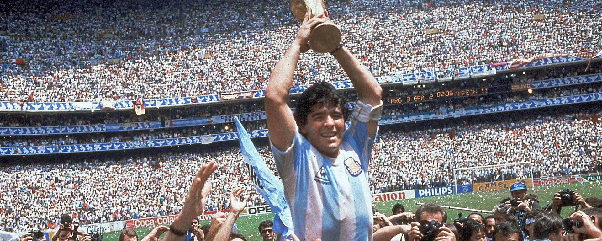 Дијего Марадона са пехаром светског првака на стадиону Астека у Мексико Ситију 1986. - Sputnik Србија, 1920, 25.11.2020