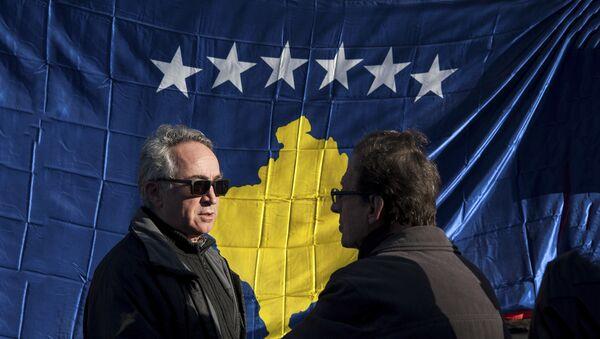 Ljudi pored zastave tzv. Kosova u Prištini - Sputnik Srbija