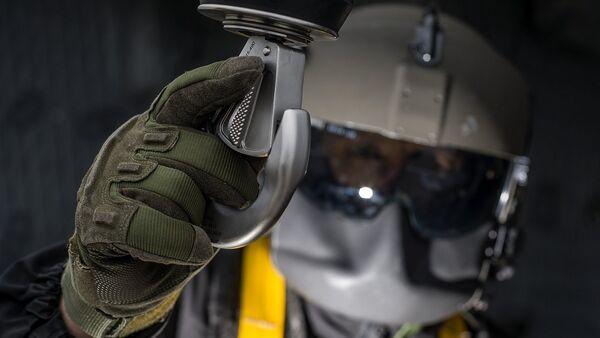 Letač - mehaničar sa vitlom za podizanje tereta. Dolazak helikoptera je najbrži način za evakuaciju sa mesta borbe ili nesreće. - Sputnik Srbija