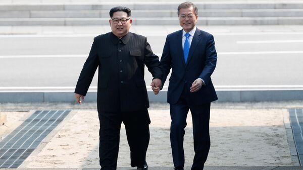 Kim Džong UN i Mun Džae In - Sputnik Srbija