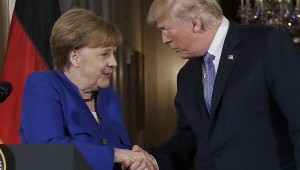 Predsednik SAD Donald Tramp rukuje se sa nemačkom kancelarkom Angelom Merkel - Sputnik Srbija