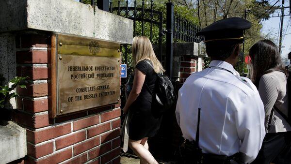 Улазак америчких чиновника у конзулат Русије у Сијетлу. - Sputnik Србија