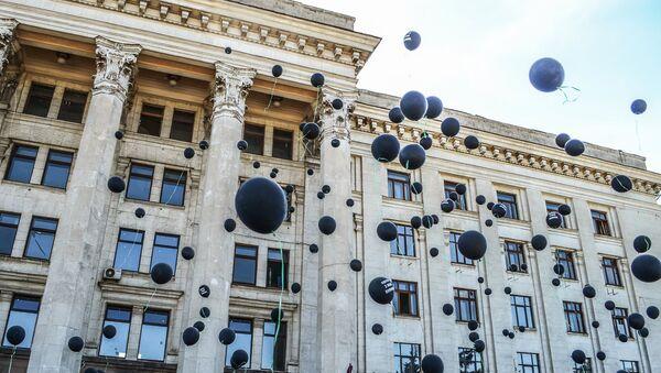 Učesnici događaja u znak sećanja na poginule u požaru 2. maja 2014. u Odesi puštaju u vazduh crne balone - Sputnik Srbija