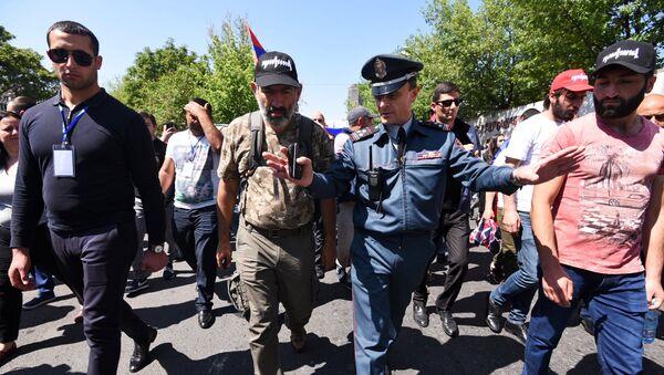 Zamenik načelnika policije Jerevana Valerij Osipjan razgovara sa liderom jermenske opozicije Nikolom Pašinjanom na protest u Jerevanu - Sputnik Srbija