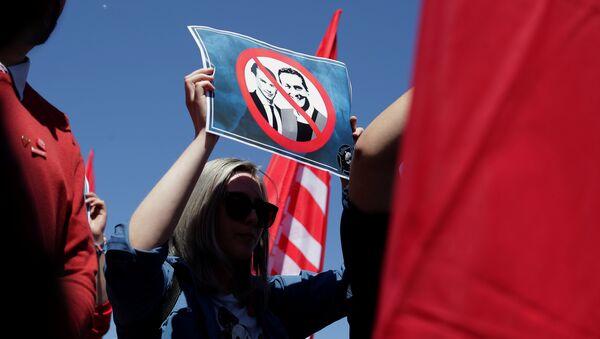 Противница аустријске ултрадеснице са плакатом против Штрахеа и Курца - Sputnik Србија