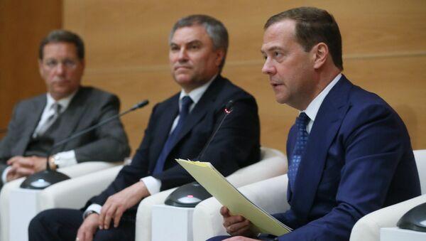Кандидат за премијера Русије Дмитриј Медведев са посланицима фракције Јединствена Русија у Државној думи - Sputnik Србија