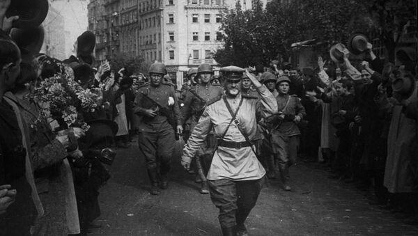 Stanovnici Beograda pozdravljaju sovjetske vojnike nakon oslobođenja u Drugom svetskom ratu - Sputnik Srbija