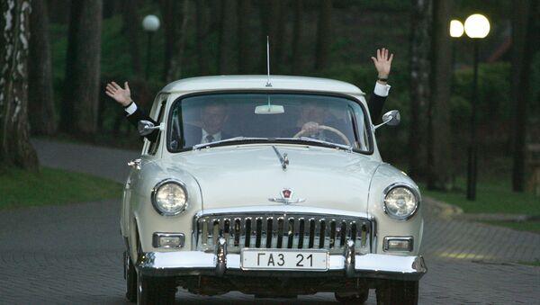 Predsednici SAD i Rusije Džordž Buš i Vladrimir Putin u volgi GAZ-21 iz 1956 - Sputnik Srbija