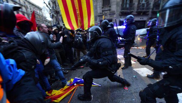Сукоб шпанске полиције са демонстрнтима у Барселони - Sputnik Србија