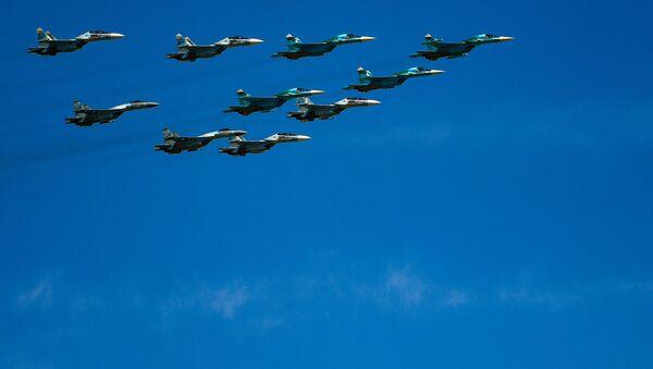 Lovci Su-30, Su-35 i bombarderi Su-34 nadleću Kremlj povodom Dana pobede u Moskvi. - Sputnik Srbija