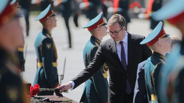 Predsednik Srbije Aleksandar Vučić polaže cveće na Spomenik neznanom junaku u Moskvi povodom Dana pobede  - Sputnik Srbija