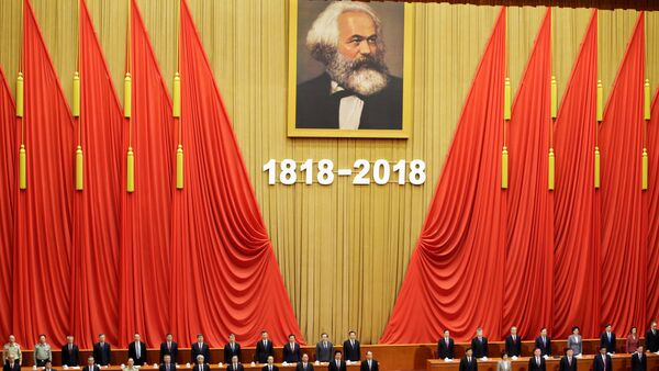 Kineski predsednik Si Đinping i drugi zvaničnici tokom intoniranja državne himne na komemoraciji povodom 200 godina od rođenja Karla Marksa - Sputnik Srbija