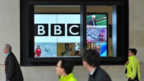 Лого Би-би-сија на екрану у новој згради у Лондону. - Sputnik Србија